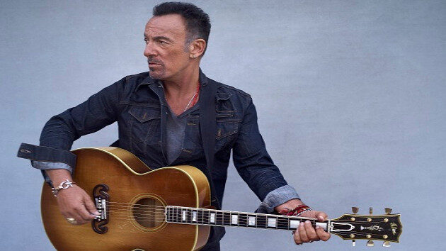 M_BruceSpringsteen630_withacousticguitar_CreditDannyClinch_111020