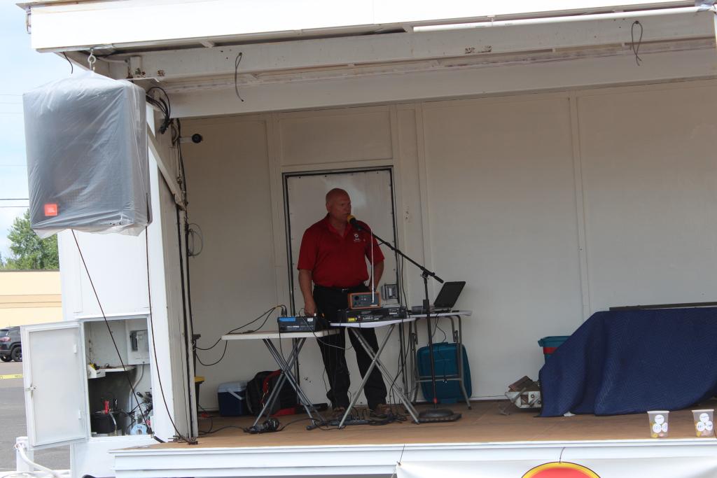 Todd Noordyk was emceeing the event!